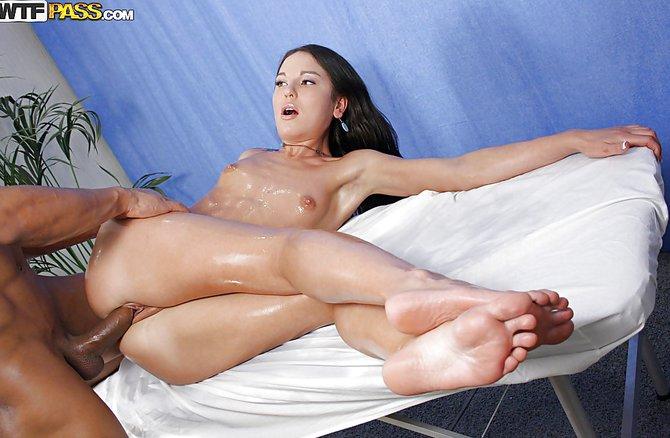 Порно массажист выебал зрелую женщину во время массажа на ...