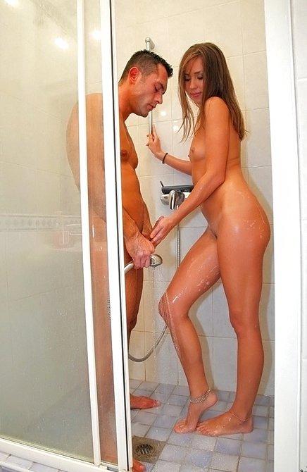 Мужчина и девчонка моются голые