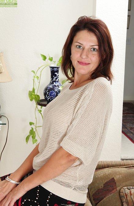 Красная пизда мамины, трахает раком женщину в чулках видео
