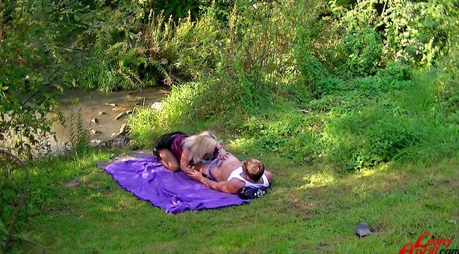 Секс в троем в лесу фото, голые из ближнего востока девушки
