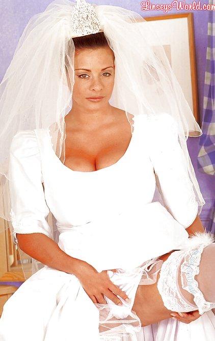 porno-devushka-v-svadebnom-plate-pokazivaet-pizdu-foto-lesbiyanki-onlayn