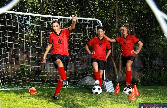 futbolistki-ustroili-orgiyu