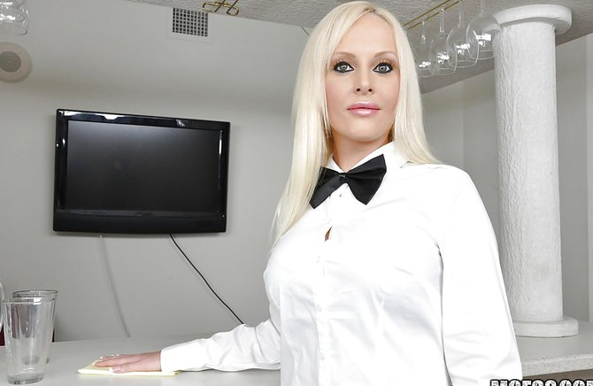seks-blondinki-s-butilkoy-na-stole-italian-porno-rolik