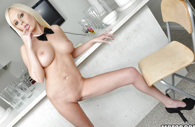Секс только секс блондинки с бутылкой на столе