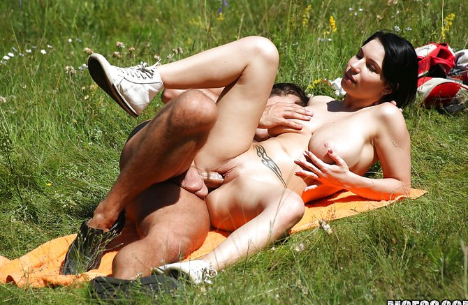Подсмотренный секс на природе фото 1