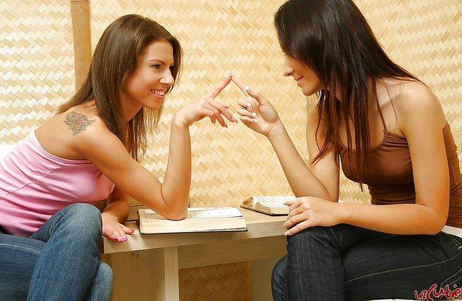 Колготках любительские две азиатки лесбиянки и розовый длинный фаллос девушками спальне нижнем