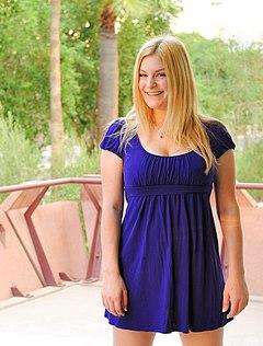 Красотка в синем платьице показала на улице стриптиз