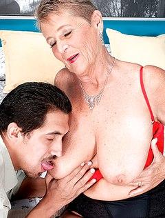 Парень выебал зрелую даму с огромными сиськами
