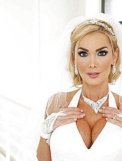 Симпатичная невеста разделась и позирует на камеру