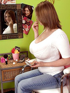 Красивая обнаженная сиськатая телка гордится грудью