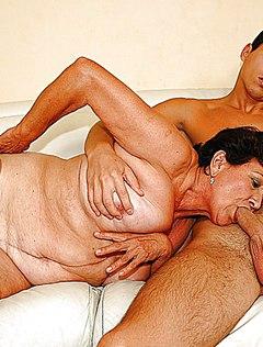 Бабулька отсасывает у паренька перед развратным трахом