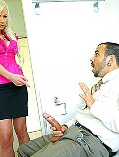 Девушка наблюдает, как коллега дрочит в туалете