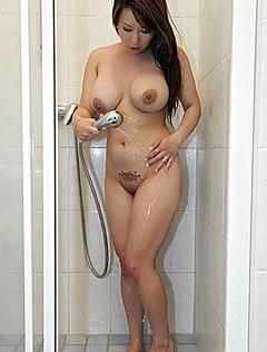 Азиатка с большими сиськами сексуально нежится в душе