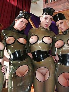 Четыре телки подставляют хозяину голые задницы и пилотки