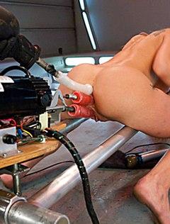 Ебется в анальную дырку секс устройством