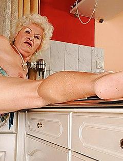 Возрастной сантехник дико порет старую даму