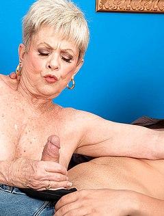 Уверенная бабуля подрочила внуку выбритый пенис