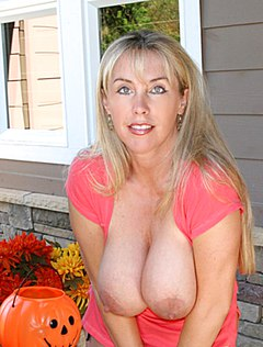 Нежная домохозяйка выставила титьки на улице перед соседом