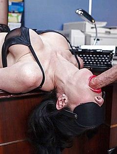Сексуальная секретарша дарит минет начальнику