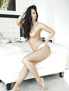 Азиатка в белых трусиках демонстрирует себя в спальне