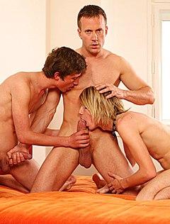 Самцов заставили сосать член мускулистого мужчины