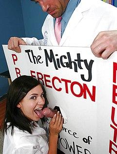 Практикантка обрабатывает ртом пенис доктора
