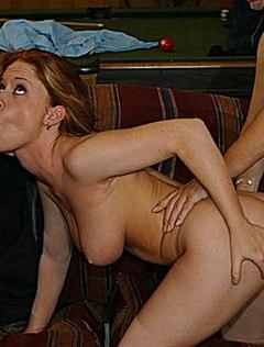 Конапатая девица принимает сразу два ствола в рот