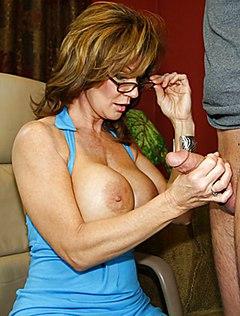 Мама подрочила сыну пенис и получила его семя