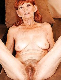 Бабка с рыжими волосами показывает письку