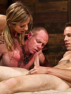Мужчину заставляют отсасывать член во время оргии