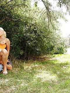 Темноволосый парень потрахал в парке блонду