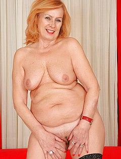 Пышная дама сняла трусики перед мастером фото