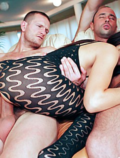 Распутные мужики рвут даму в четыре пениса