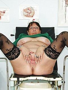 Дама показала влагалище в гинекологическом кресле