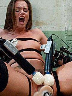 Девица с вибраторами получает оргазм