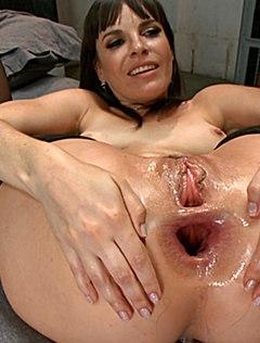 Девушка получает в большую анальную щель пенисом