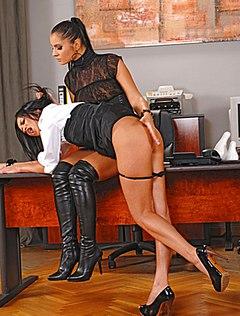 Грубая начальница бьет по очку сексуальную секретаршу