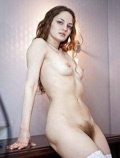 У привлекательной телочки очень волосатая вагина влажная