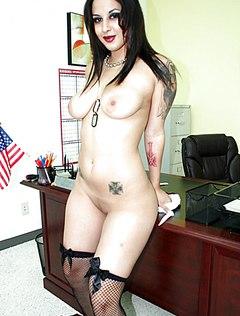 Секретарша раздвинула ноги на рабочем столе шефа