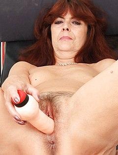 Мокрая вагина тетки в возрасте получает порцию удовольствия