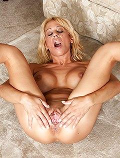 Женщина раздвигает свою пиздень голышом в комнате