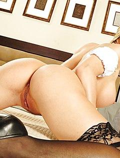Роскошная блондинка раздвигает ноги на кровати перед камерой