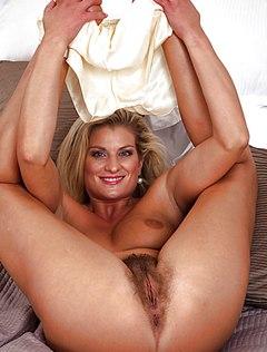 Зрелая блондинка с мохнатой пиздой шалит утром в кровати