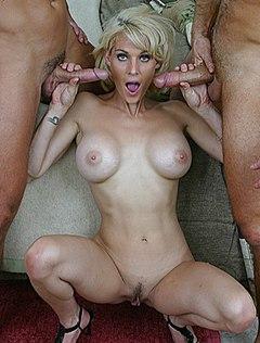 Зрелую жену друга ебут вдвоем большими стояками