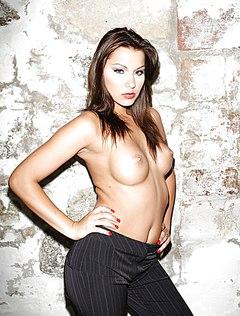 Сочная сексуальная телочка топлесс позирует у стены