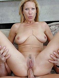 Лысый крендель отъебал жену в очко дома на диване