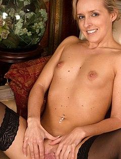 Очаровательная женщина с маленькими сиськами раздевается