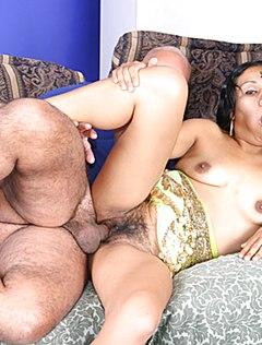 Зрелую волосатую тетку трахают в два хуя на диване