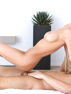 Классно парень трахает блондинку в киску большим пенисом