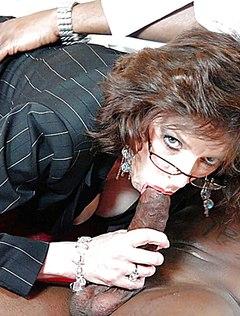 Очкастая зрелая сосет черный хуй рабочими устами